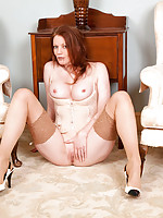 Anilos milf Holly Kiss fingers her mature shaved pussy
